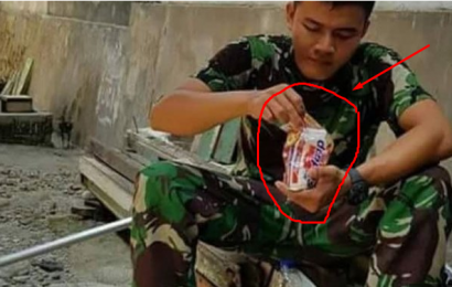 Viral, Anggota TNI Makan Mie Instan Mentah Ketika Bertugas di Palu